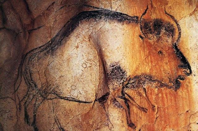 Pintura rupestre de un bisón en las paredes de una caverna prehistórica.