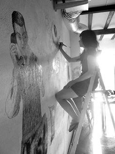 """Clara Iris relitzant un mural a l'espai autogestionatP """"La Residencia"""" de València"""