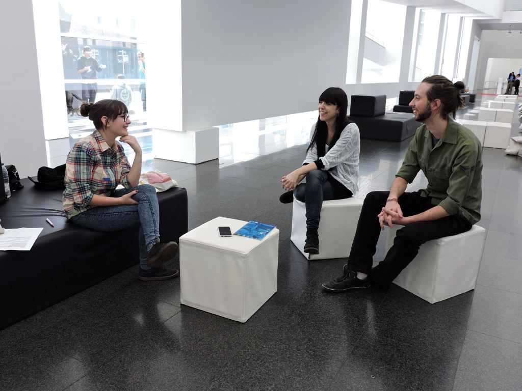 Celeste Marí, Núria Gómez i Borja Pastori durant l'entrevista al Hall del MACBA