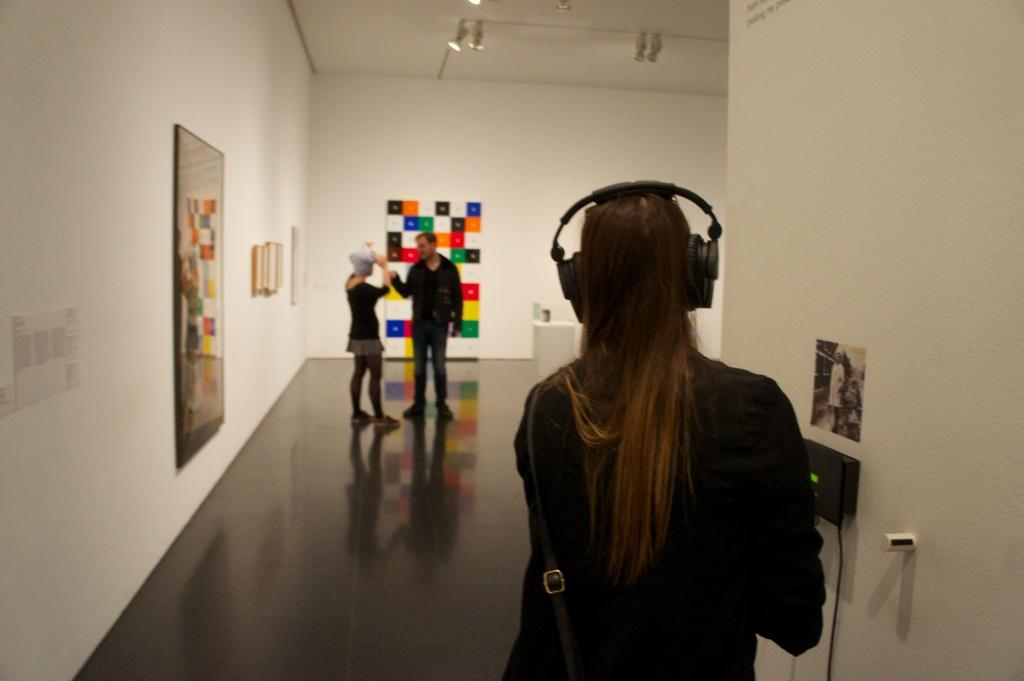 Dispositius auditius i llibres complementen i enriqueixen el discurs curatorial al llarg de la exposició