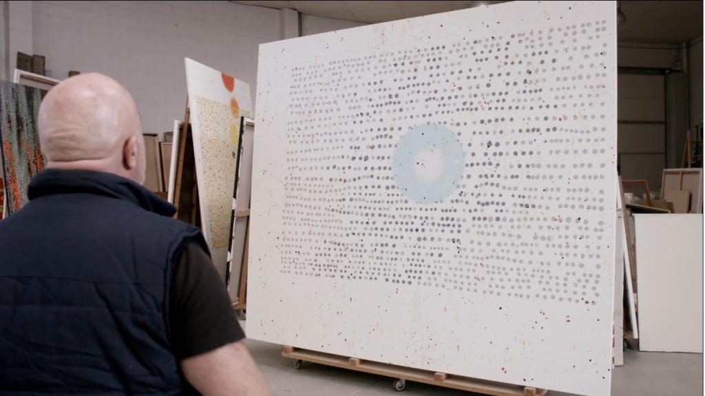 Ferran Garcia Sevilla observant la seva obra.