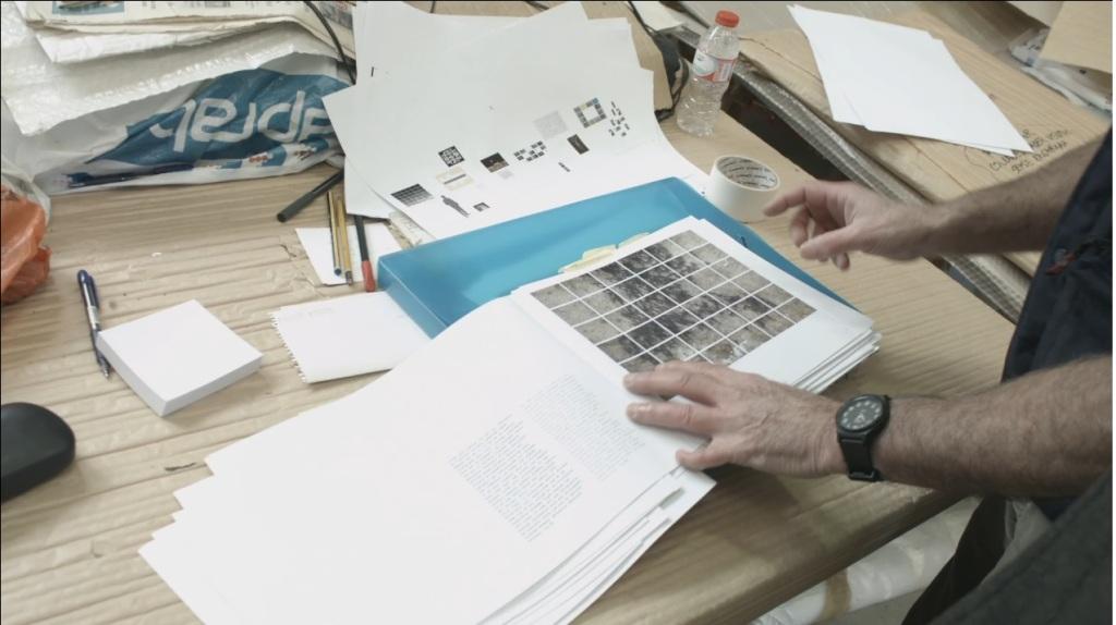 Ferran Garcia Sevilla mostra el dossier sobre l'exposició que havia d'anar destinada al MACBA
