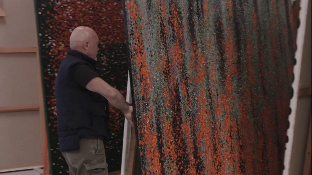 Ferran Garcia Sevilla mostrant la seva obra en el taller.