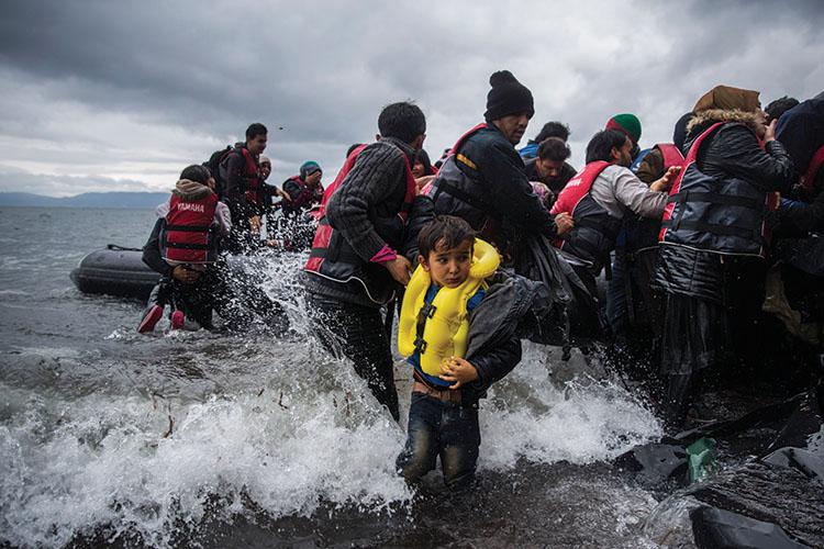 Un desembarcament de refugiades a la costa grega de Lesbos. En un dia de bona mar poden arribar unes tres mil persones a les costes gregues en barques sobrecarregades Santi Palacios